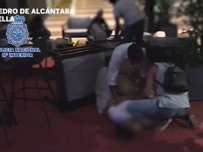 Detención del fugitivo holandés, este sábado, en un bar de San Pedro Alcántara (Málaga).