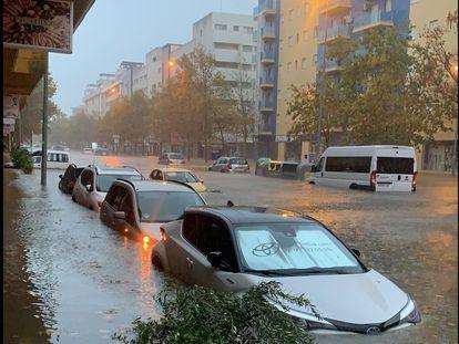 La avenida del Carnaval de Isla Cristina anegada tras el temporal de este jueves.