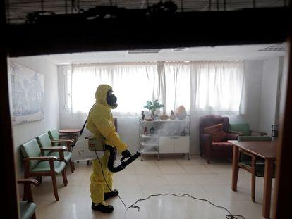 Un miembro de la UME realiza labores de desinfección, como medida de prevención, en una residencia de ancianos de Valencia el pasado mes de febrero.