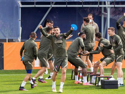 Los jugadores del Atlético de Madrid, durante el entrenamiento del equipo de este sábado en la Ciudad deportiva Wanda de Majadahonda, Madrid, previo al partido ante Osasuna. EFE/Rodrigo Jiménez