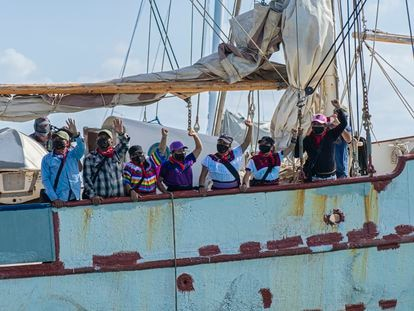 La comitiva zapatista se despide al salir rumbo a Europa, en el muelle de Isla Mujeres, Quintana Roo, el día de hoy.
