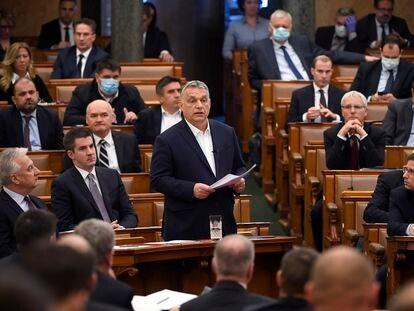 El primer ministro húngaro, Viktor Orbán, actualiza a los parlamentarios la situación del coronavirus en el país, este lunes