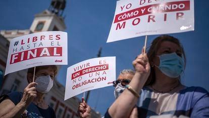 Activistas de la asociación Derecho a Vivir Dignamente, el pasado junio en una concentración en Madrid para celebrar la entrada en vigor de la ley de eutanasia.