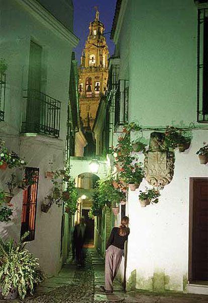La callejuela de las Flores, en el centro histórico de Córdoba, con el campanario de la mezquita al fondo.