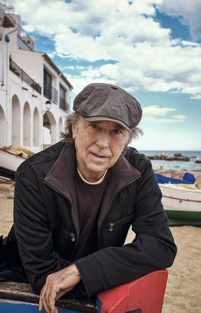 Serrat, en la misma playa, junto al apartamento donde compuso parte del disco 'Mediterráneo'.
