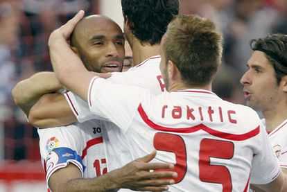 Kanouté celebra juntos a sus compañeros del Sevilla el segundo gol del conjunto andaluz.