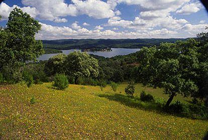 Embalse del Retortillo, en la sierra de Hornachuelos (Córdoba), en uno de los tres parques naturales que aportan superficie a las 425.000 hectáreas del corredor de dehesas de Sierra Morena.