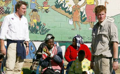 El príncipe Enrique y el oficial Tom Archer-Burton, en un centro de niños con discapacidad en Maseru (Lesotho), en 2008.