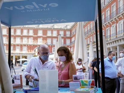 La concejal de Turismo, Almudena Maíllo, junto al concejal de Centro, José Fernández, este miércoles en la plaza Mayor.