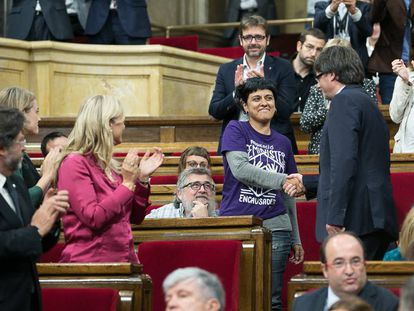 Puigdemont estrecha la mano a la diputada de la CUP Anna Gabriel.