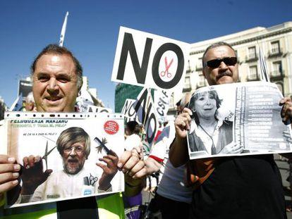 Dos funcionarios protestan en la Puerta del Sol en Madrid, el pasado viernes.