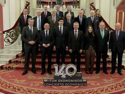 El lehendakari junto a los diputados generales y representantes de su Gobierno.