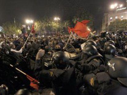 Antidisturbios de la Policía Nacional cargando contra los manifestantes el pasado 25 de septiembre.