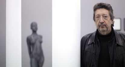 The artist Julião Sarmento with his 'Little Dancer', exhibited at the Madrid gallery Heinrich Erhardt in 2014.