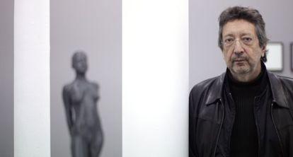 El artista Julião Sarmento junto a su 'Pequeña bailarina', expuesta en la galería madrileña Heinrich Erhardt en 2014.