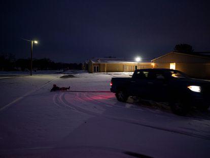 Un vehículo circula por una carretera nevada en Waco, Texas, este miércoles.