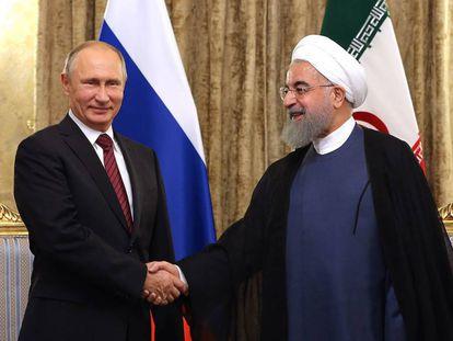El presiente de Iran, Hassan Rohani, y su homólogo ruso, Vladimir Putin, este miércoles en Teherán.
