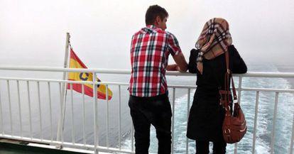 Una pareja de refugiados sirios de Kobane viaja rumbo a Málaga desde Melilla.