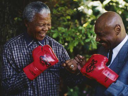 El expresidente sudafricano Nelson Mandela con el excampeón mundial de boxeo Marvin Hagler.