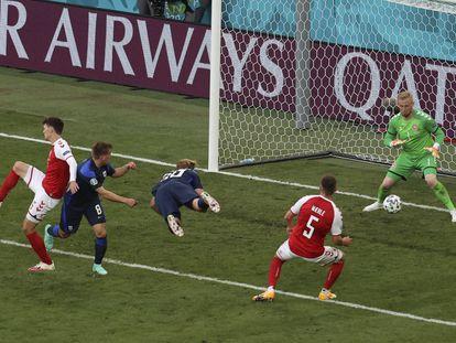 Joel Pohjanpalo marca el gol de la victoria ante Dinamarca este sábado en Copenhague.