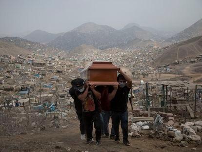 Familiares llevan el ataúd de una presunta víctima de COVID-19 en el cementerio Nueva Esperanza en las afueras de Lima, Perú en 2020.