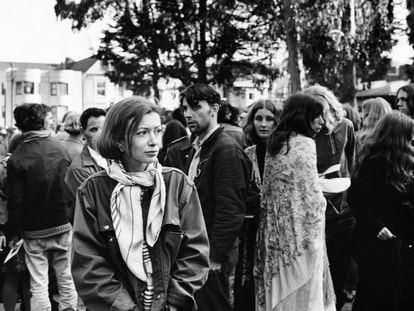 La escritora Joan Didion cubre una manifestación hippy en San Francisco, en 1967.