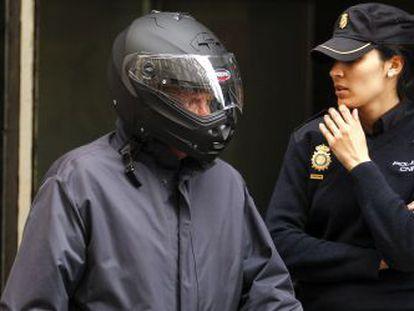 García-Pozuelo sale de la Audiencia, en 2014, con un casco de motorista.