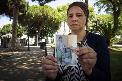 La madre de Iliasss Tahiri mostrando una foto de su hijo.
