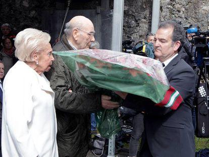 Dos de los supervivientes de Gernika entregan las flores ante la mirada del lehendakari.