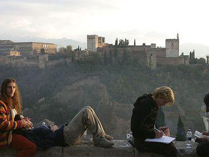 La Alhambra, vista desde el mirador de San Nicolás, una de las panorámicas más reconocidas del Albaicín.