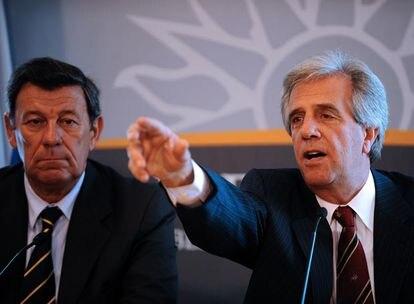 Tabaré Vázquez (derecha) y el vicepresidente, Rodolfo Nin Novoa, ayer durante la presentación del nuevo Gabinete.