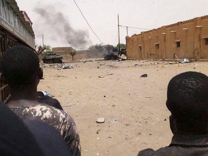 Jóvenes malienses observan el atentado con cochebomba en Gao el 1 de julio.
