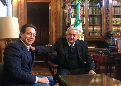 Andrés Manuel López Obrador durante una reunión con Mario Delgado en 2018.