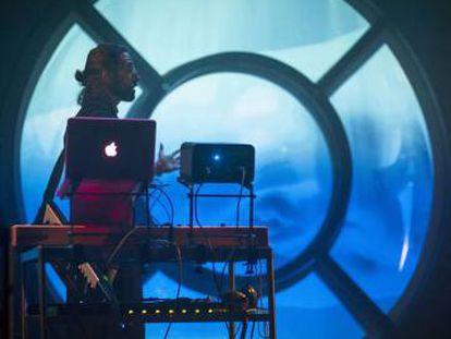 La Casa Encendida ofrece el espectáculo 'Bitácora. Canciones y sonidos electrónicos en un submarino'.