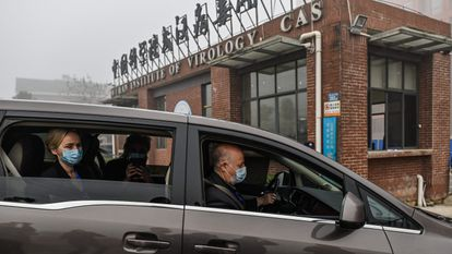 Miembros de la delegación de la OMS llegan al Instituto de Virología de Wuhan en China, el 3 de febrero.