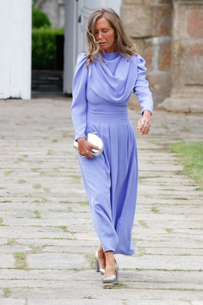 La madre de la novia, con vestido lila de Coosy.