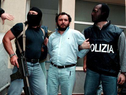 Traslado de Giovanni Brusca a una prisión de máxima seguridad, el 23 de mayo de 1996.