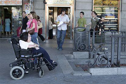Cristina Agulló, frente a la estación de metro de Atocha, inaccesible para ella.