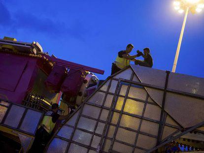 Policías impiden a un joven entrar en un camión en Melilla.