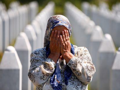 Una mujer, en el cementerio bosnio de Potocari, este sábado, durante la conmemoración del 25 aniversario del genocidio de Srebrenica.