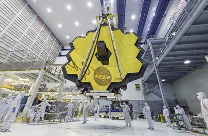Vista del telescopio espacial 'James Webb' con sus espejos completamente desplegados.