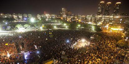 Miles de personas protestan contra las injusticias sociales y los precios de la vivienda anoche en Tel Aviv.