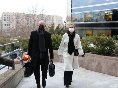 La expresidenta de la Comunidad de Madrid, Cristina Cifuentes, acompañada de su abogado, José Antonio Choclán, a su llegada a la Audiencia Provincial de Madrid este lunes.