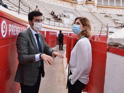 La secretaria de Estado de Inmigración, Hana Jalloul, durante una visita a la Plaza de Toros de Melilla.