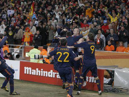 Los jugadores de España celebran el gol de Iniesta.