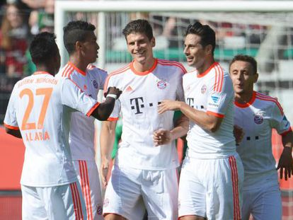 Mario Gómez celebra con Alaba, Gustavo, Pizarro y Rafinha el tercer tanto.