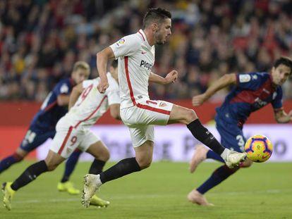 Sarabia controla el balón antes de hacer el segundo gol al Huesca.