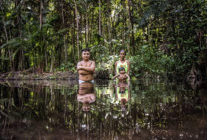 Una pareja con su bebé en el río, la única fuente de agua.