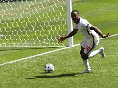 Sterling celebra su gol a Croacia en Wembley.