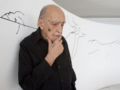 El arquitecto Oscar Niemeyer, fotografiado en su estudio